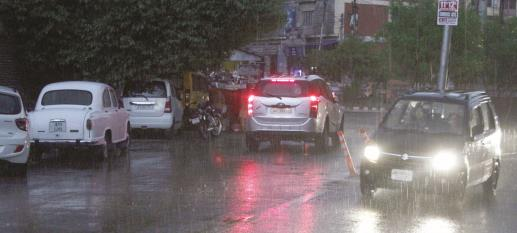 Vehicular traffic movement during a drizzle in Jammu on Monday. Baru/JL