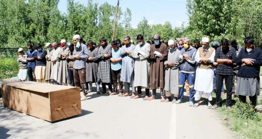 People at the last rites of 40 yr old female who died due to COVID19 disease, in  Srinagar on Wednesday.